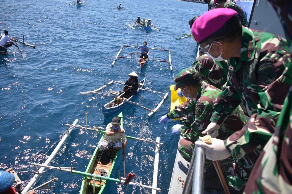 Pemberian Sembako kepada Nelayan Binaan Lantamal VIII di Perairan Teluk Manado. Foto: Pen2
