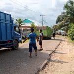 Warga Desa Pelempang Hadang Truk Batubara Melintas di Jalan Desa